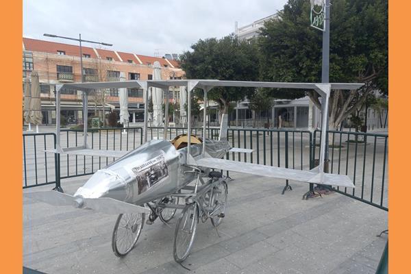 Το «αεροπλάνο» (διπλάνο) πρωτοεμφανίστηκε στο Αργοστόλι στις καρναβαλικές εκδηλώσεις του 1928.