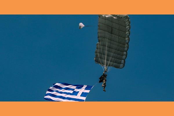 Παρέλαση 28ης Οκτωβρίου με ελεύθερη πτώση αλεξιπτωτιστή των Ειδικών Δυνάμεων